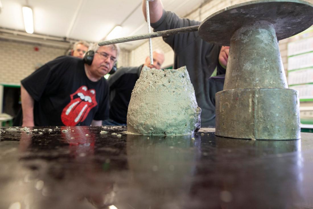 Proef in betonlab van Voorbij Prefab met CO2 arm beton